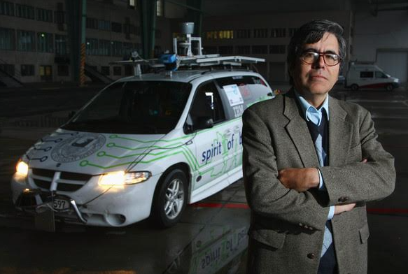 Inventor del auto-robot recibe Premio Nacional de Ciencias y Artes 2015