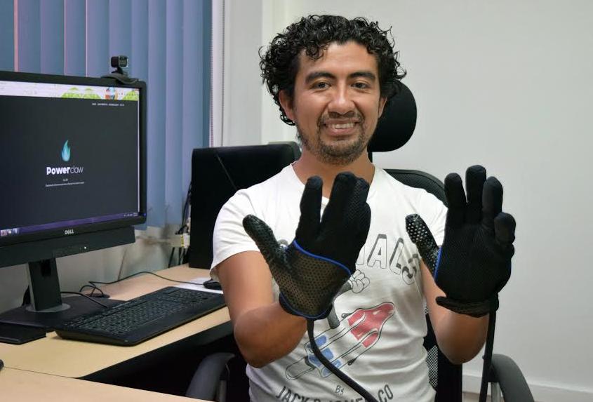 Mexicanos solicitan patente de primer guante electrónico que transmite temperatura