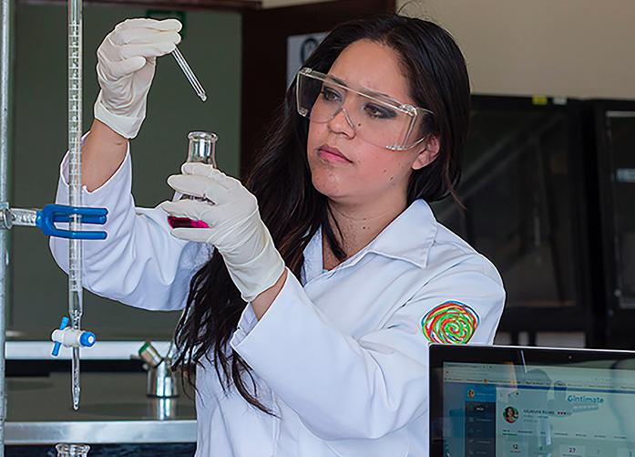 Galardona MIT a mexicana por crear método que detecta infecciones vaginales