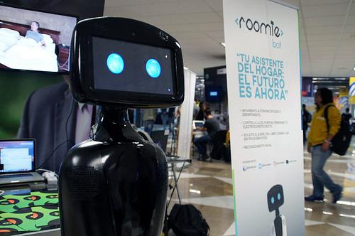 """Emprendedores crean a """"RoomieBot"""", el primer robot mexicano asistente en el hogar"""