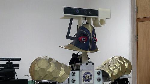 Universitarios crean robot que recibe y ejecuta órdenes
