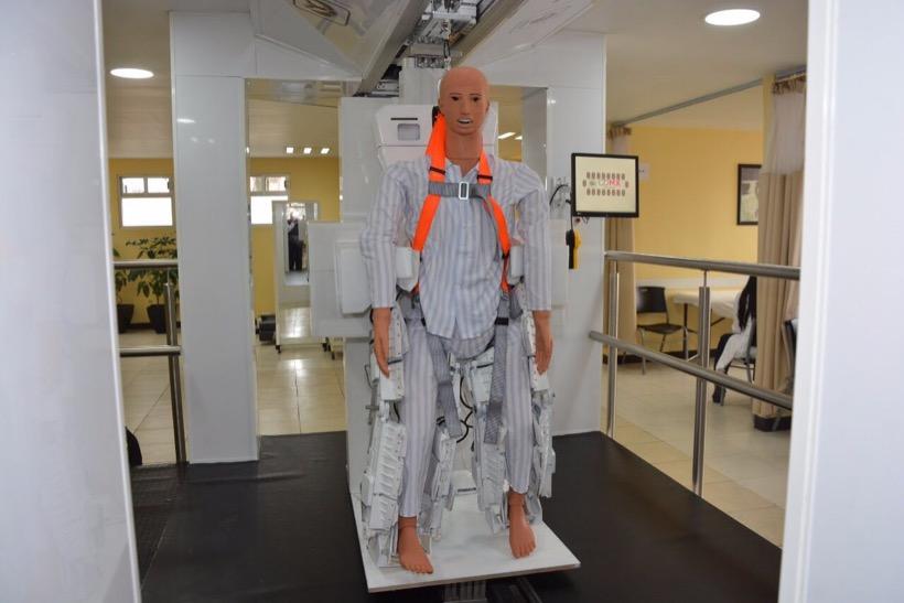 Politécnico Nacional crea y entrega a hospital exoesqueleto mexicano para terapias