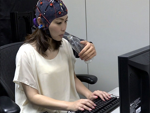 Desarrolla científico mexicano en Japón tercer brazo controlado por el cerebro
