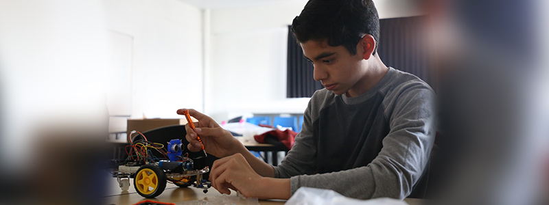 Niños y jóvenes construyen robots en Matematiké