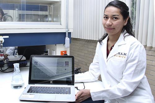 Premian a científica universitaria por la creación de hidrogel que regenera piel en heridas y quemaduras